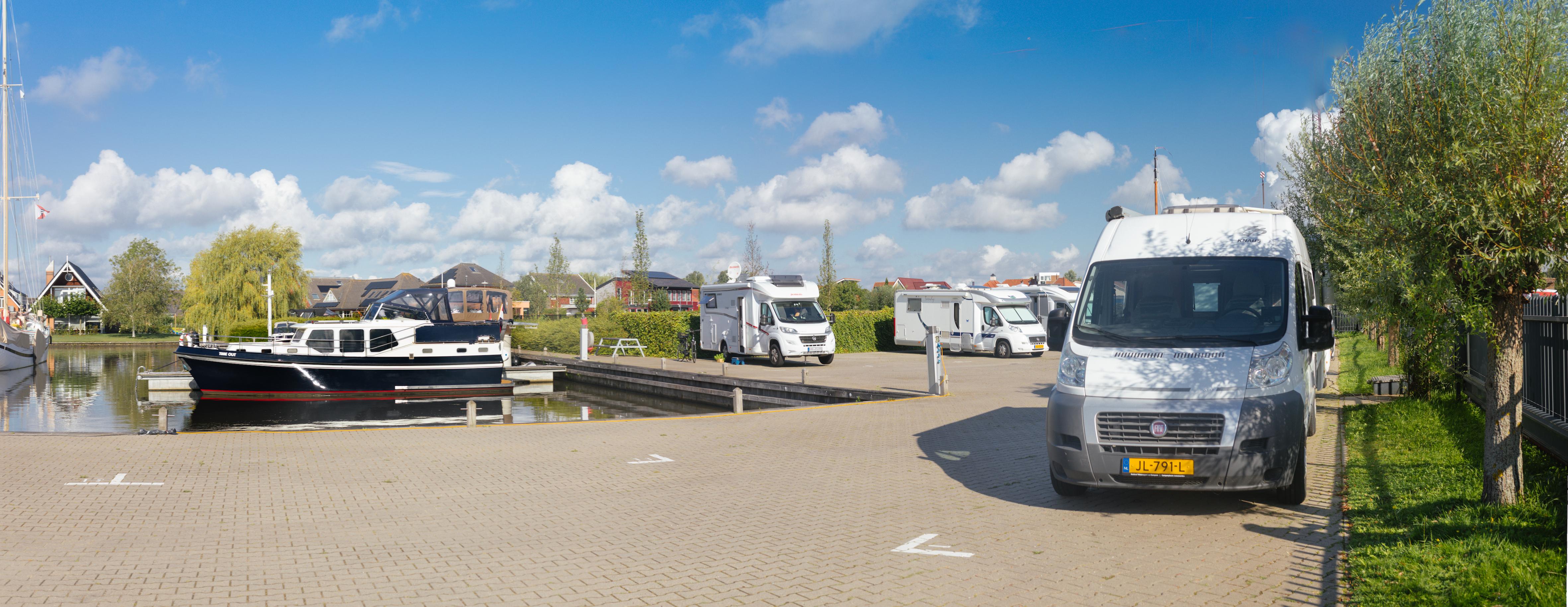 Camperplaats Leeuwarden. 18 camperplaatsen dichtbij de stad aan het water.